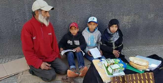 أب مع 3 أطفال يعيش التشرد في شارع غاندي بالبيضاء