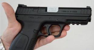 شاب يعرض مسدسين للبيع على الفايسبوك