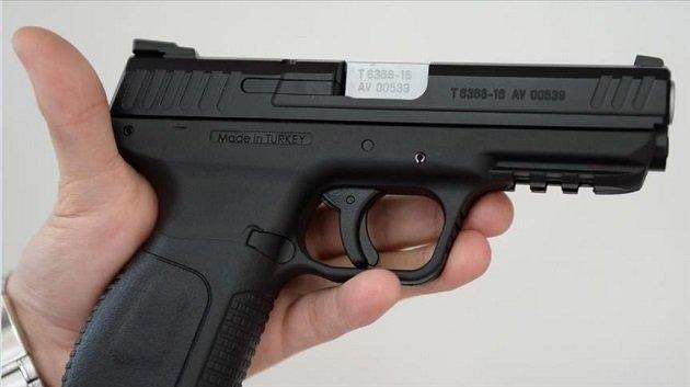 متابعة شاب عرض مسدسين للبيع على الفايسبوك في إطار المزح