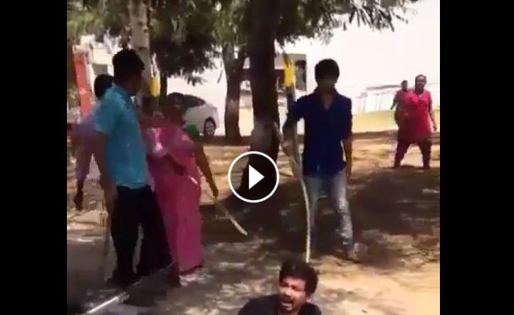 النخوة والشهامة عند شعب الهند لحظة رؤيتهم لشاب يعاكس فتياتهم في الشارع
