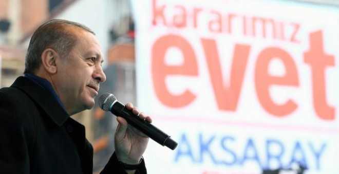 الأتراك يتوجهون إلى صناديق الاقتراع للتصويت في استفتاء تاريخي