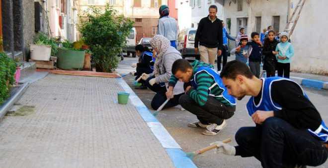 شباب البيضاء ينظمون أكبر حملة نظافة لتزيين الأزقة والشوارع