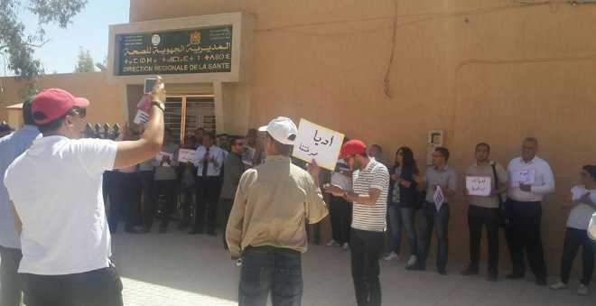 حقوقيون يحتجون أمام مديرية الصحة بالرشيدية بسبب وفاة الطفلة