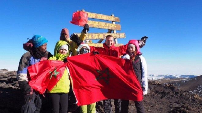 نساء يرفعن العلم المغربي فوق قمة كليمنجارو الأعلى في افريقيا