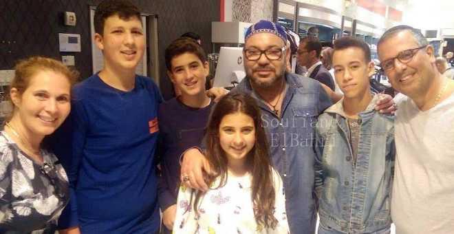 صورة الملك وولي عهده مع عائلة مغربية بميامي تثير إعجاب