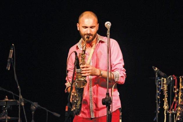 مغربي يحمل الموسيقى الأندلسية للعالمية
