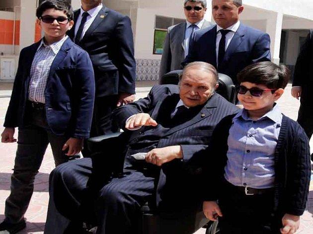 الجزائر.. بوتفليقة يكسر رتابة الانتخابات بكرسيه المتحرك