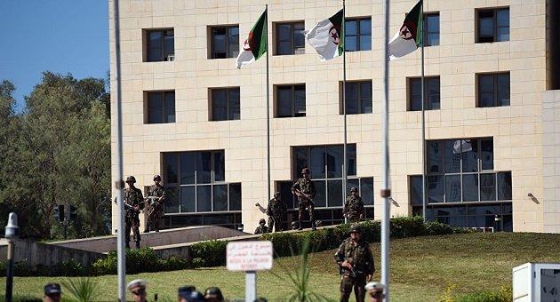 الجزائر تغلق مداخل العاصمة لمنع دخول عسكريين محتجين