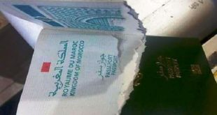 شرطي إسباني يمزق جواز سفر مغربي