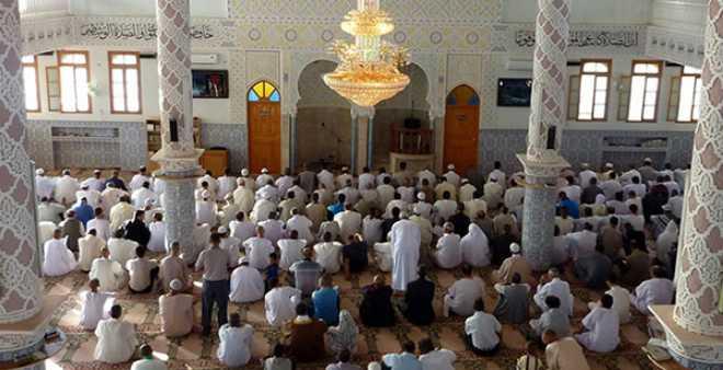 الجزائر تصدر تعميما يحدد ساعة واحدة لصلاة التراويح في رمضان