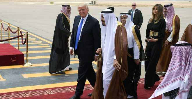 ترامب يغرد منتشيا: عدت بمئات المليارات من الشرق الأوسط