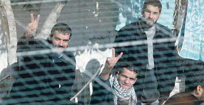 بعد 40 يوما.. الأسرى الفلسطينيون يعلقون إضرابهم عن الطعام