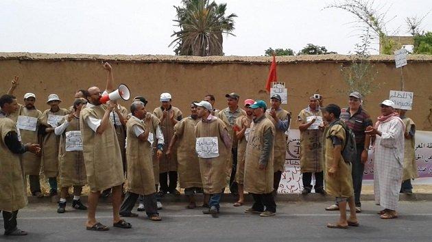 عمال زراعيون بتارودانت يحتجون بارتداء