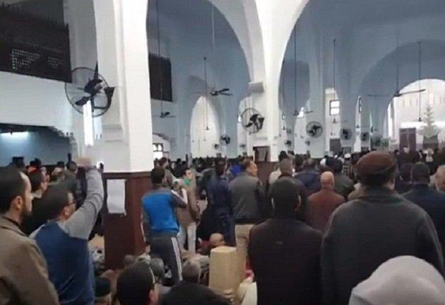 فوضى داخل مسجد بتطوان خلال صلاة التراويح وهذا هو السبب...