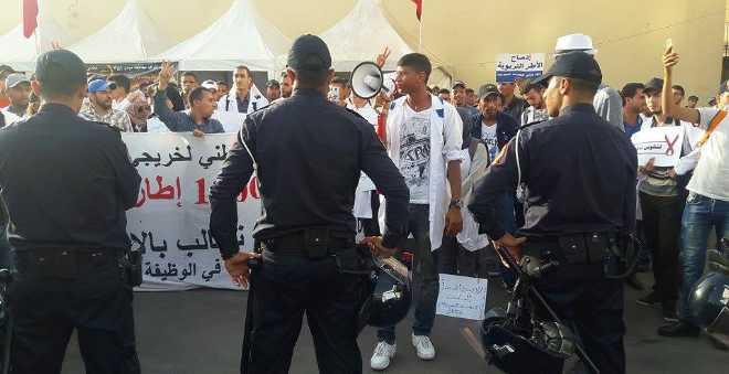 أطر البرنامج الحكومي يواصلون التصعيد في مسيرة بالبيضاء والسلطات تمنعها