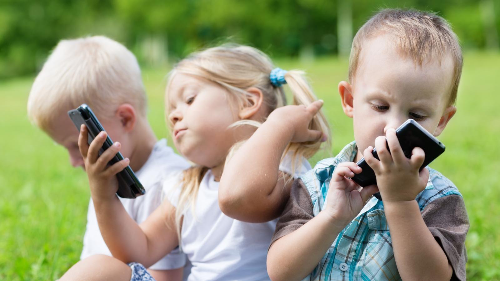في أي سن يمكنك أن تهدي طفلك هاتفا ذكيا ؟