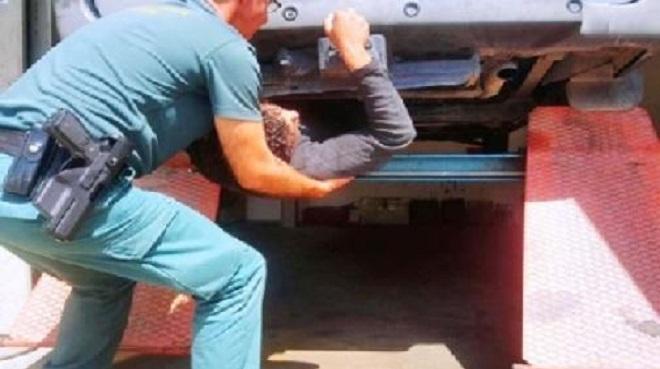 قاصر يهاجر سريا من شمال المغرب إلى جنوب اسبانيا أسفل حافلة