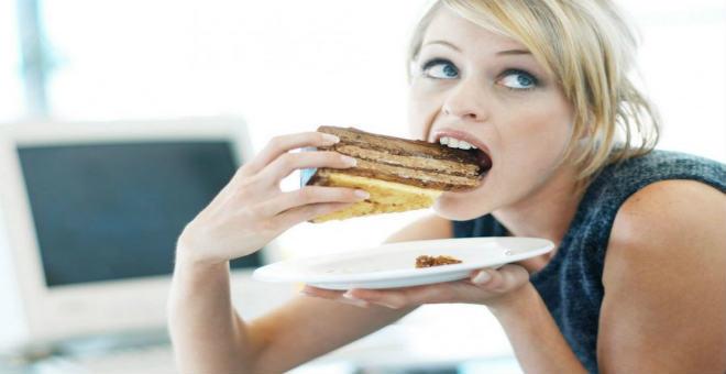 كيف تتحكمين في زيادة الوزن أثناء الدورة الشهرية؟