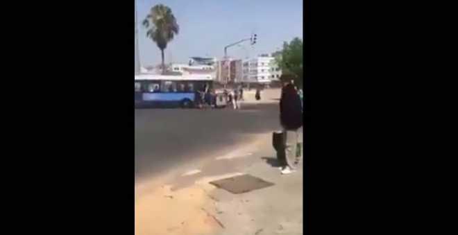 بالفيديو.. شباب يحاصرون حافلة بالهراوات وحاوية للأزبال وسط البيضاء!