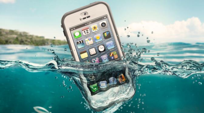 هذا ما يجب عليك القيام به إذا سقط هاتفك في الماء !!