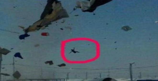 بالفيديو.. عاصفة هوائية تجتاح مخيما للاجئين وتتسبب بطيران طفل