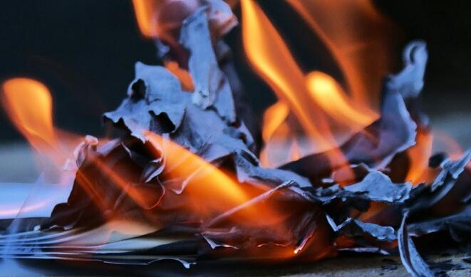 تطورات جديدة في قضية إضرام ساعي بريد النار في رسائل مواطنين