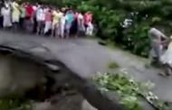 بالفيديو.. موت أم وطفلتها أثناء انهيار جسر جراء الفيضان