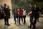 حوالي 200 مهاجر إفريقي يقتحمون باب سبتة جريا على الأقدام