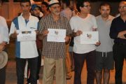 مغاربة يقفون تضامنا مع ضحايا حادث برشلونة أمام القنصلية الاسبانية بطنجة