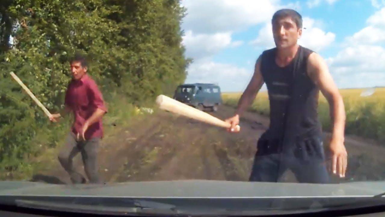 بالفيديو.. لصان يقطعان الطريق على سائق سيارة ويهددانه بالعصي