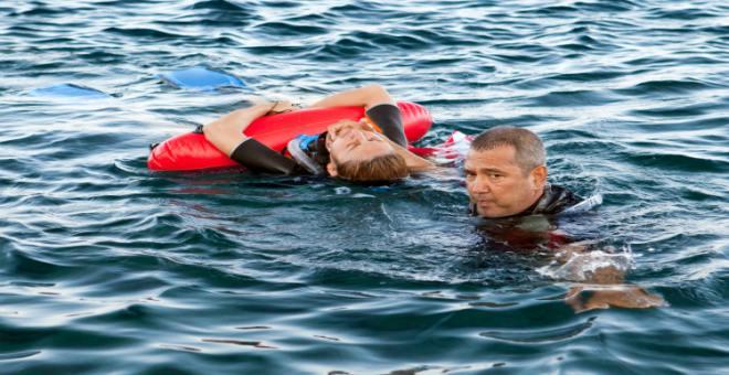 كيف تبقى آمناً في البحر؟ مُنقذ شواطئ يقدم 9 نصائح حتى لا تغرق!