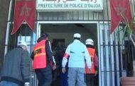 وجدة.. شرطي يكبل يديه بالأصفاد احتجاجا على