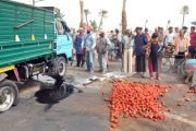 مراكش.. انقلاب شاحنة طماطم وإصابة السائق ومساعده