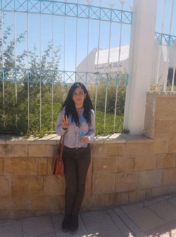 الحسيمة.. الناشطة سيليا تعتصم أمام العمالة من أجل جواز السفر