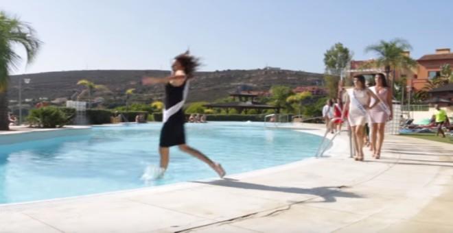 بالفيديو.. موقف محرج لملكة جمال سقطت في بركة سباحة