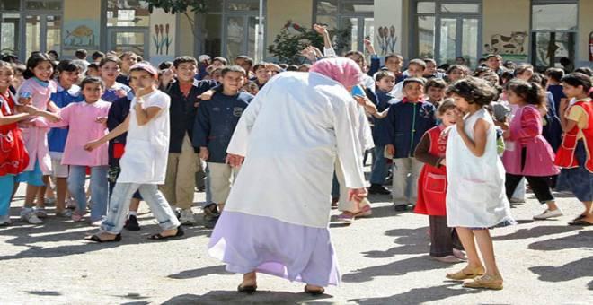 بالصورة.. مديرة مدرسة تؤذي الطالبات بهذا الفعل الشنيع !