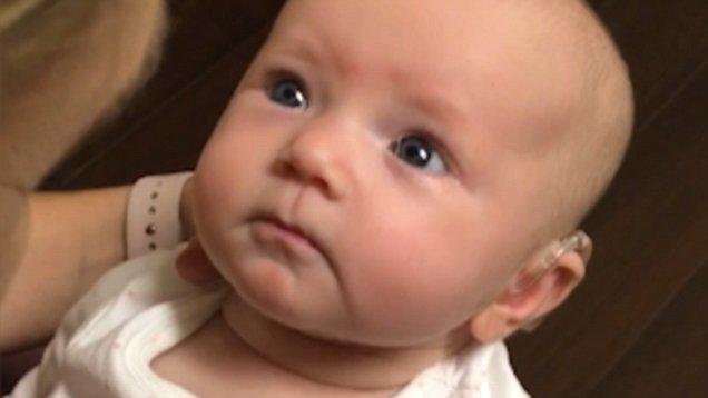 بالفيديو .. ردة فعل مؤثرة لرضيعة تسمع صوت أمها للمرة الأولى