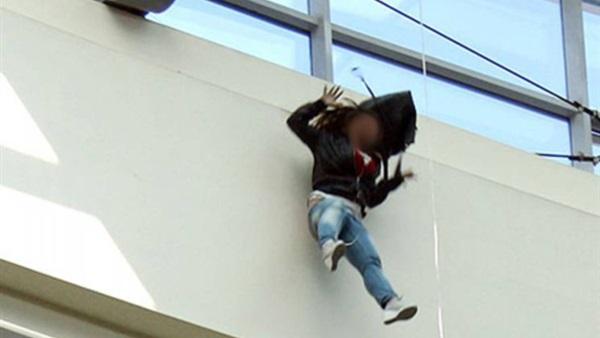 بالفيديو بسبب المزاح شاب يلقى بصديقته من الطابق الثالث