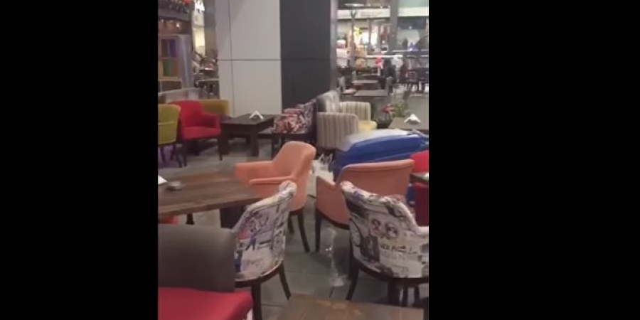 بالفيديو.. غزارة الأمطار تحدث كارثة في احدى المراكز التجارية