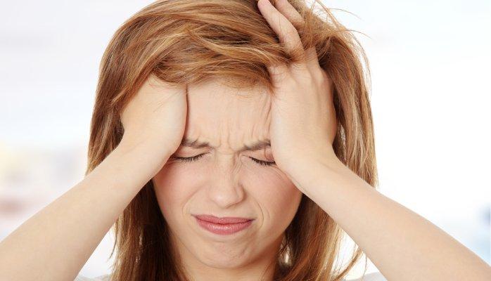 طريقة للتخلصك من نوبات الصداع المتكررة في خمس دقائق فقط !