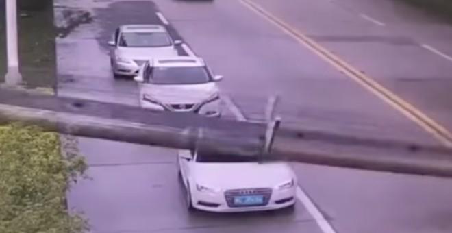 بالفيديو.. سائق سيارة ينجو من حادث مميت بأعجوبة !!