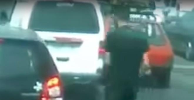بالفيديو.. لص يخطف هاتفا من يد صاحبه في وضح النهار