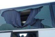 عصابة تهاجم حافلات ركاب بالحجارة لإرغامها على التوقف