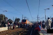 محطة بولقنادل.. مسافرون ينزلون للسكة ويمنعون قطارا من السير