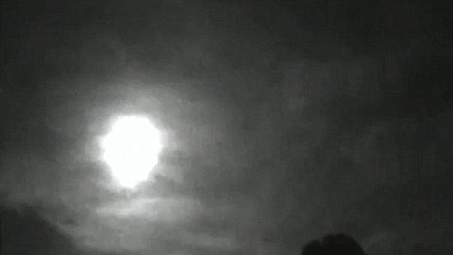 بالفيديو.. ظهور جسم مضيء في السماء يخلق حالة من الهلع
