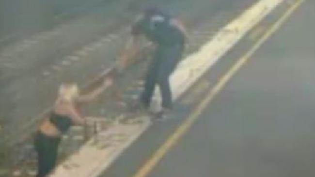 بالفيديو.. امرأة مخمورة تلقي بنفسها تحت عجلات القطار