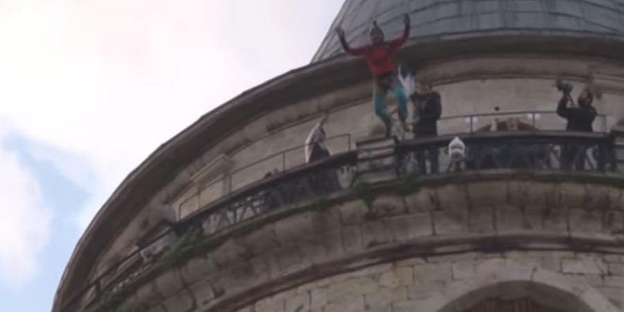 بالفيديو.. لحظة قفز شاب من أعلى برج تاريخي