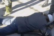 حملة شرسة ضد القائد الذي أجبر مواطنين على تقبيل حذائه