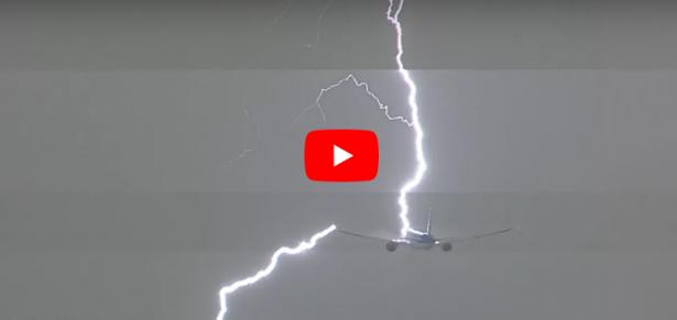 بالفيديو...البرق يضرب طائرة ركاب أثناء إقلاعها
