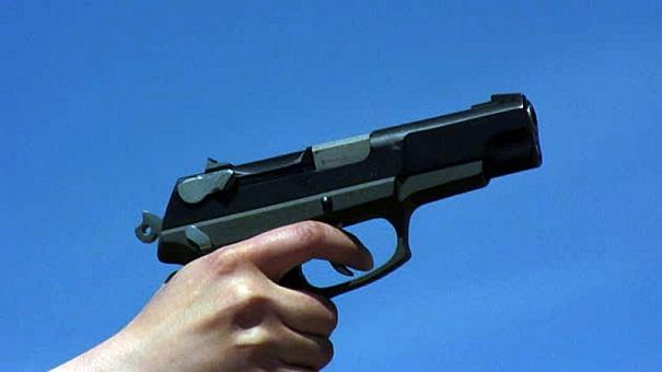 العرائش.. شرطي يشهر سلاحه في وجه